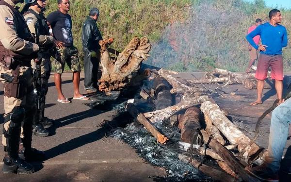 Moradores de Maraú fecham BR-030 contra buracos e lama.