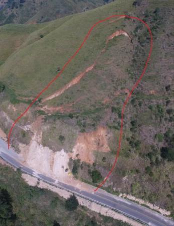 Deslizamento ameaça fechamento de BA-547, próximo a Florestal.
