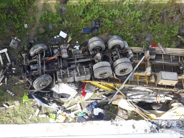 Caminhão despenca de ponte e motorista é esmagado no interior da Bahia