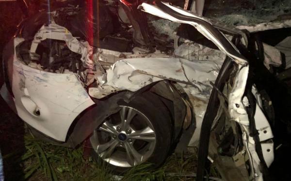 BR 101: batida entre um carro e uma carreta deixou ao menos três mortos e dois feridos.