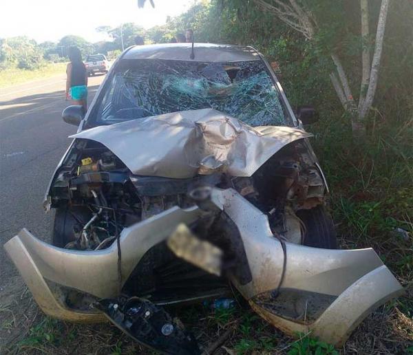 Acidente na BA-001 deixa um pessoa morta; carro e moto ficaram destruídos.