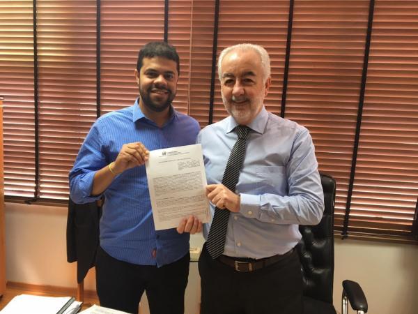 Prefeito de Gandu assina contrato para início das obras de pavimentação asfáltica do centro da cidade.